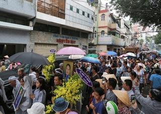 Hàng trăm người đội mưa tiễn biệt