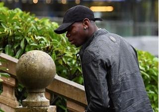 Paul Pogba bụi bặm trở về Pháp phục vụ quốc gia