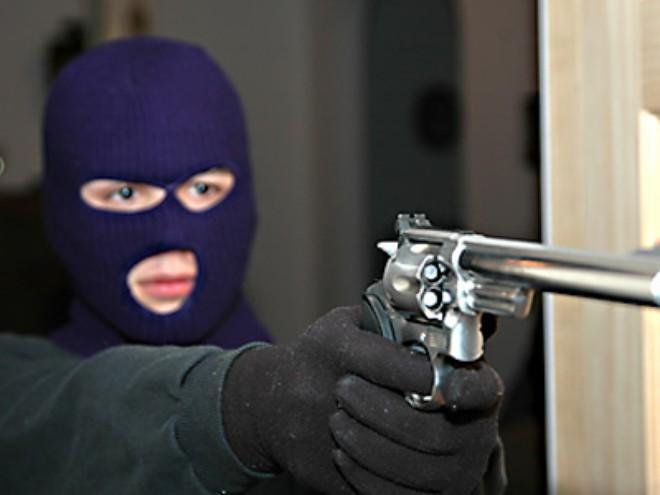 Tên cướp dùng súng uy hiếp chủ nhà