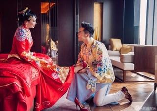 Chung Lệ Đề được chồng trẻ kém 12 tuổi quỳ gối, xỏ giầy trong ngày cưới