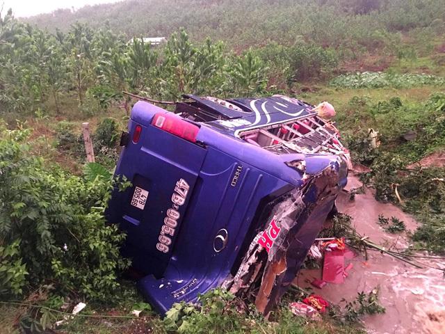 Tai nạn giao thông khiến xe khách bung nóc, hư hỏng nặng