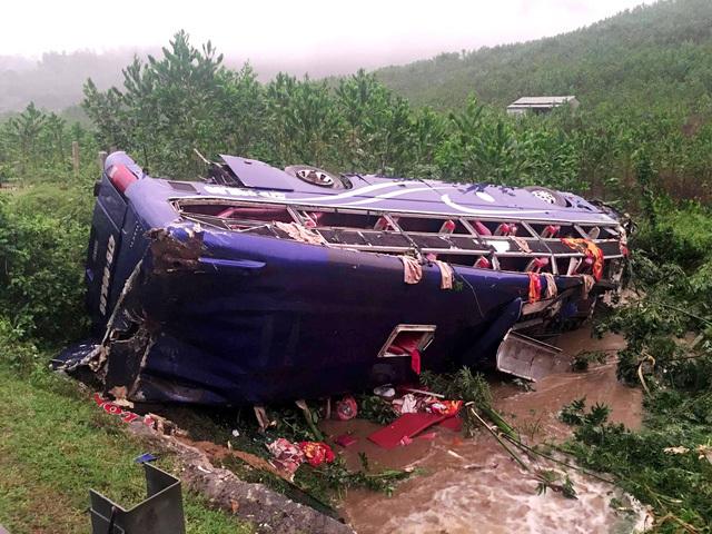 Hiện vẫn chưa đưa được thi thể các nạn nhân trong vụ xe khách bị lật ở Quảng Nam ra ngoài