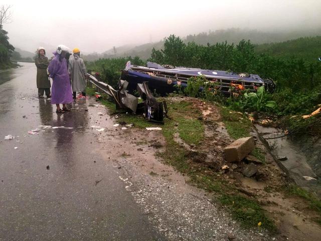 Vụ lật xe khách ở Quảng Nam xảy ra khi trời đang mưa to