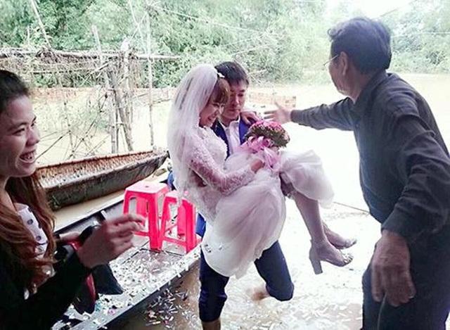 Chú rể lội nước bế cô dâu vào nhà