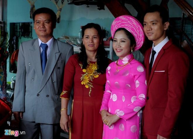 Vợ chồng ông Hải bên đôi vợ chồng trẻ