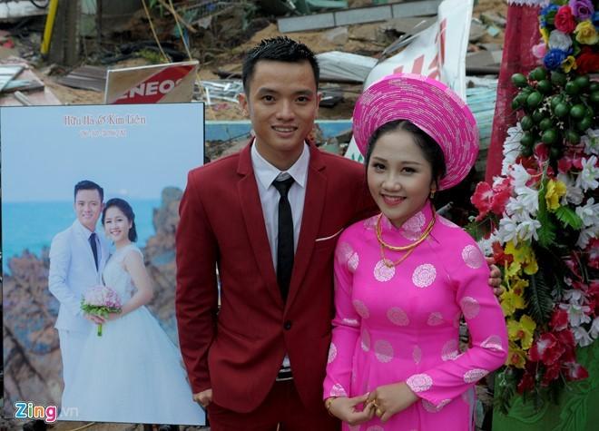Đám cưới mùa lũ không ngăn nổi niềm hạnh phúc của hai người