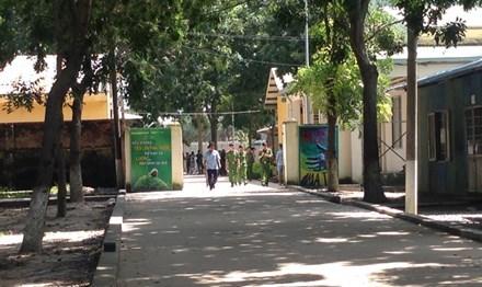 Lực lượng chức năng ngăn chặn học viên kích động trốn trại.