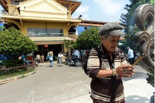 Tiểu thương thắp hương trước khi rời khu chợ cổ nhất Sài Gòn