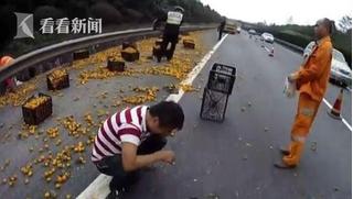Lật xe tải chở cam, tại sao tài xế này lại khóc lóc vật vã đến vậy?