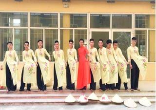 Clip 11 chàng trai Hà Nội mặc áo dài, múa nón điệu như con gái