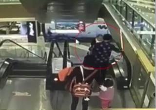 Thêm một bi kịch với thang cuốn, em bé 4 tháng tuổi rơi từ tầng 3
