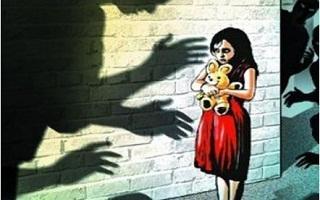 Bé gái 8 tuổi bị hiếp dâm khi đi học về