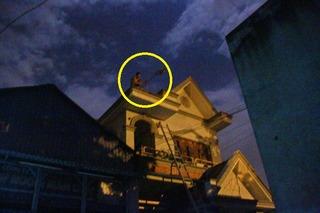 Trắng đêm giải cứu thanh niên ngáo đá cầm gạch, dao cố thủ trên mái nhà