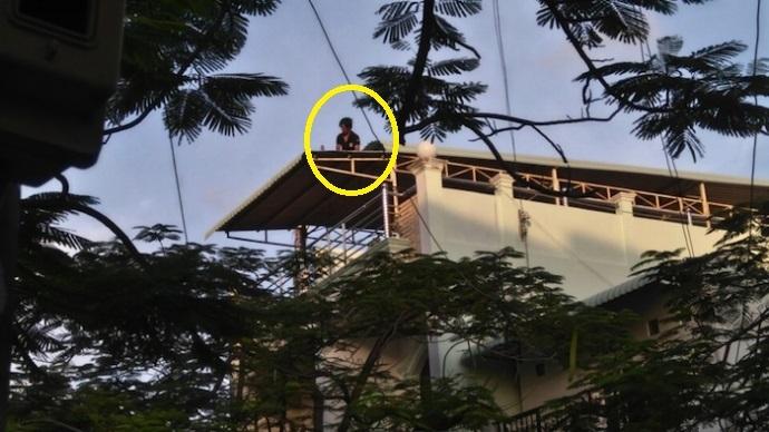 Nam thanh niên ngáo đá mơ màng leo lên nóc nhà vào chiều 20/8