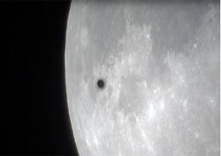 Clip vật thể lạ bay qua siêu trăng