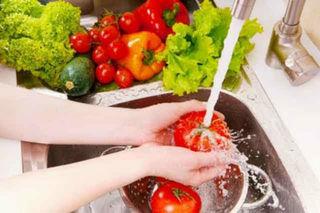 Chị em đã biết mẹo rửa rau để loại bỏ độc tố?