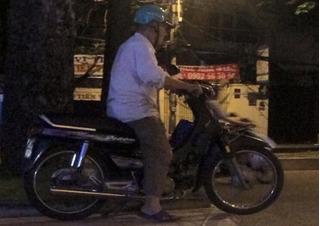 Câu chuyện về người xe ôm già ở TP.HCM khiến nhiều người rơi nước mắt