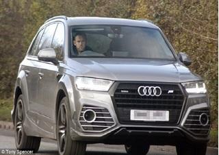 Wayne Rooney buồn rười rượi trở về Carrington