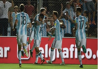 Vượt qua tâm bão, Messi tỏa sáng cứu rỗi Argentina