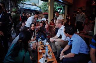 Hoàng tử Anh William dạo phố cổ, uống cà phê vỉa hè Hà Nội