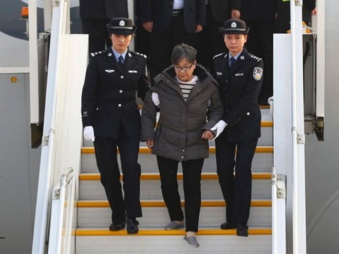 Bà Dương đã tự thú sau 13 năm lẩn trốn ở nước ngoài. Ảnh: AP