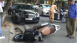 """Ô tô """"điên"""" gây tai nạn liên hoàn ở Hà Nội, 4 người """"họa vô đơn chí"""""""
