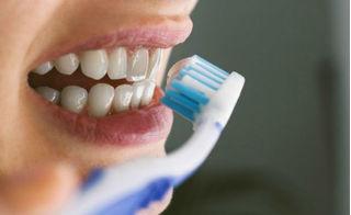 Đánh răng theo cách này, vài năm nữa bạn sẽ không ăn được gì