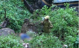 Xe bồn chở nhựa đường lao khỏi đèo Hải Vân, 2 người chết và bị thương