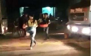 Dân thủ đô Hà Nội chạy ra giữa đường,