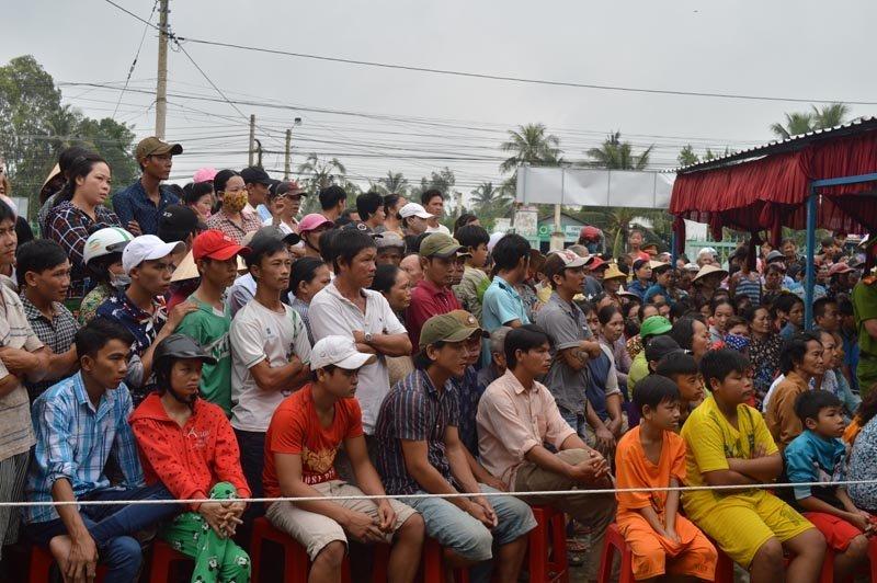 Hàng trăm người dân đã đến theo dõi xét xử