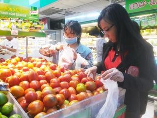 Dù giá rau củ leo thang, siêu thị vẫn bán cà chua thấp hơn giá nhà vườn