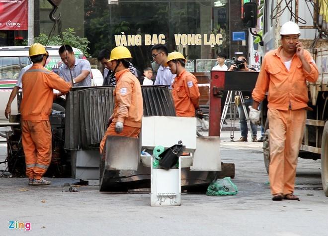Lực lượng chức năng khám nghiệm vụ nổ trạm biến áp Hà Đông