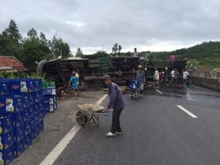 Người dân thu gom vỏ chai, mua vịt chết ủng hộ xe gặp nạn