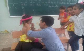 Dân mạng thích thú với hình ảnh thầy giáo trang điểm cho học sinh trong ngày 20/11