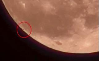 Hàng trăm UFO rời khỏi Mặt trăng?