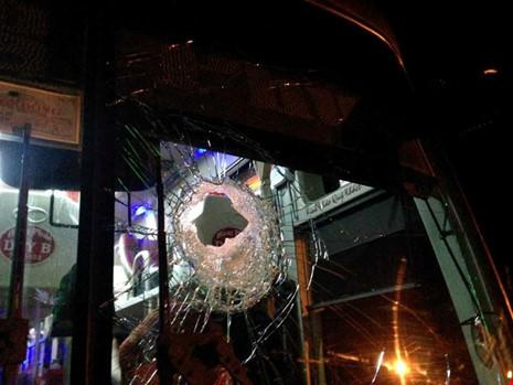 xe khách bị ném đá vỡ kính