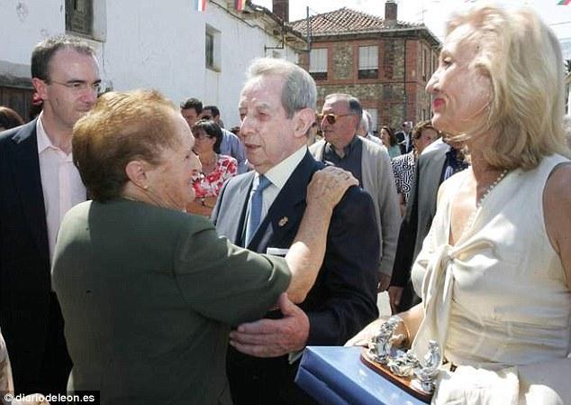 Tỉ phú Antonino Fernández trong một lần về thăm làng. Ảnh: Diariodeleon.es