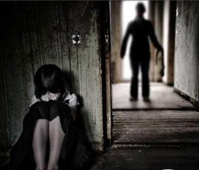 hành vi đồi bại với bé gái trước mặt bạn nạn nhân
