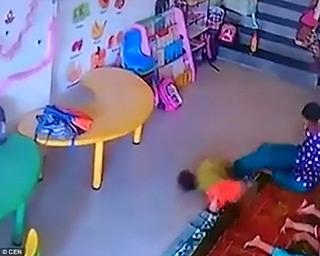 Cô giáo ném bé 9 tháng như đồ vật xuống sàn nhà đến nứt hộp sọ
