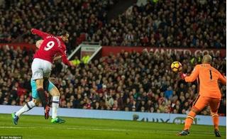 Jose Mourinho bị thẻ đỏ trong ngày Man United sa lầy tại Old Trafford
