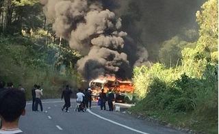 Xe khách và xe máy bốc cháy rừng rực sau tai nạn, 1 người nước ngoài tử vong