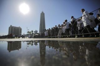 Biển người Cuba xếp hàng vào viếng Chủ tịch Fidel Castro trong nước mắt
