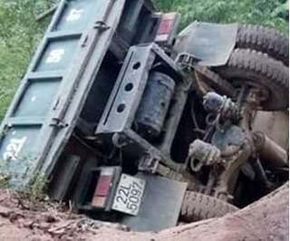 Cầu 36 năm tuổi ở Hòa Bình đổ sập, xe tải chở sắn cắm thẳng xuống suối