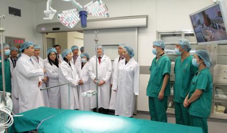 Chủ tịch QH Nguyễn Thị Kim Ngân, Bộ trưởng Y tế Nguyễn Thị Kim Tiến, Chủ tịch UBND TP.Hà Nội Nguyễn Đức Chung cùng các chuyên gia thăm phòng phẫu thuật hiện đại nhất trung tâm