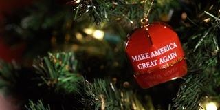 Mũ Giáng Sinh số lượng có hạn của ông Donald Trump bán