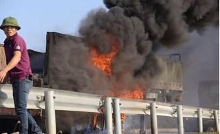 Container cháy như đuốc trên cao tốc, người dân dùng MBH múc nước dập lửa