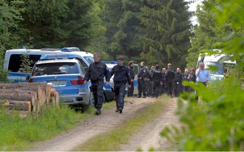 Cảnh sát tại khu rừng nơi thi thể của Peggy Knobloch được tìm thấy cuối tuần qua. Ảnh: Rex