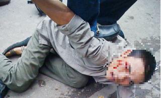 Gã trộm gương xe ô tô bị đánh hội đồng thừa sống thiếu chết giữa phố