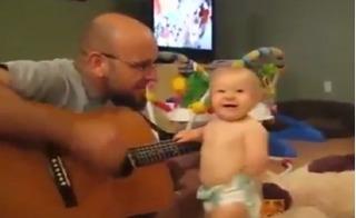 Bé trai đáng yêu phấn khích tột độ khi nghe bố đàn hát