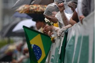 Chùm ảnh tang lễ các cầu thủ Brazil xấu số: Nước mắt hòa vào mưa